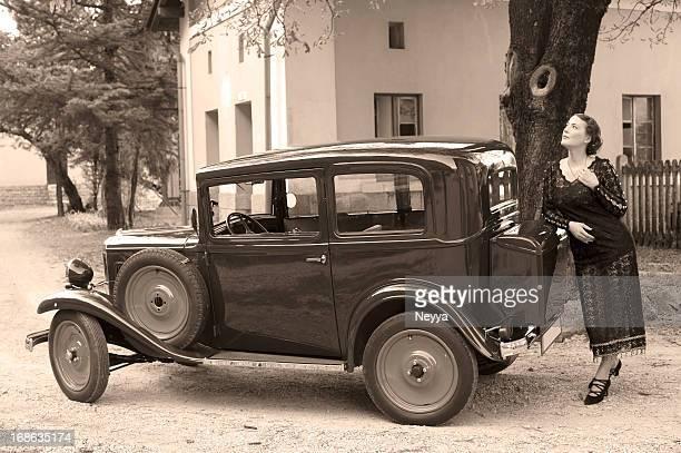 Frau in einem Retro Auto-Stil der 1930 er Jahre