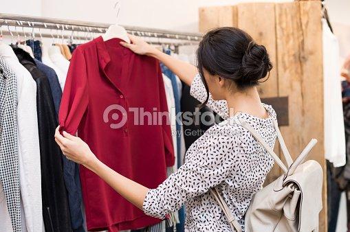 ce60cb377bb70e Frau am Kleidung store   Stock-Foto