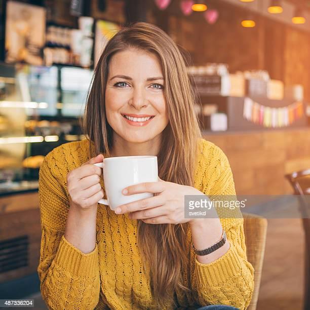 Frau im coffee shop.