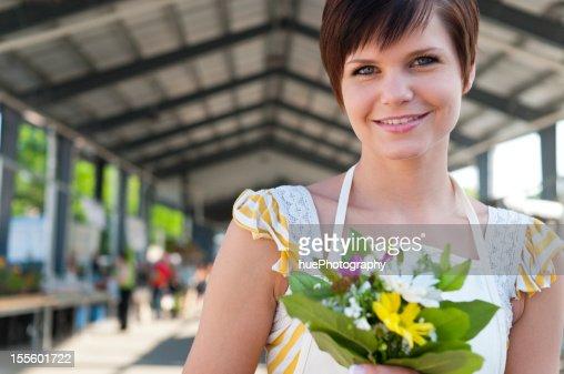 Mulher no mercado de produtos agrícolas