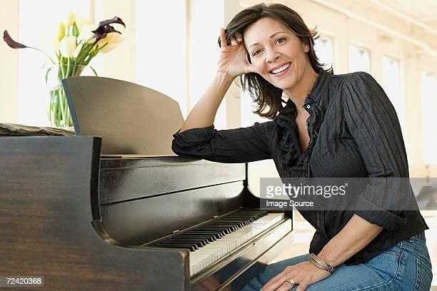 女性は彼女のピアノ