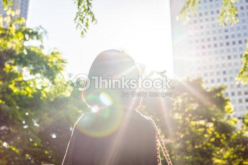Mujer en la ciudad : Foto de stock