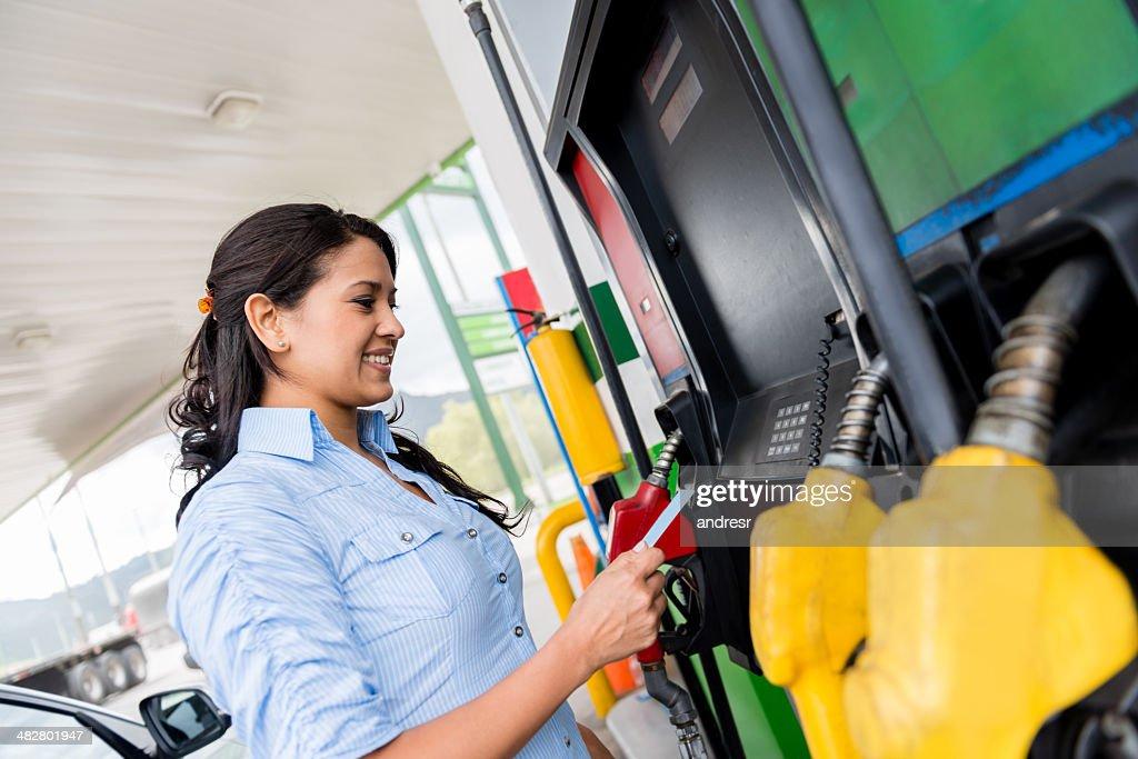 Frau an der Tankstelle : Stock-Foto