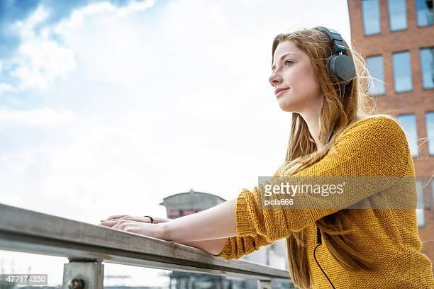 Femme sur le port pour écouteurs