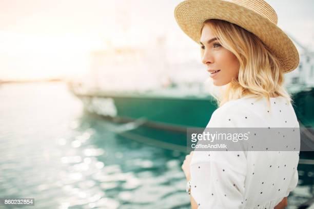 Femme sur la marina
