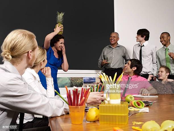Frau balancing einem Ananas auf dem Kopf