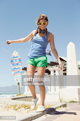 Woman balancing on curb : Stock-Foto