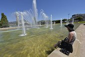 A woman bathes her feet in a basin near the railway station in Limoges central France on July 19 2016 as summer temperature raises / AFP / PASCAL...