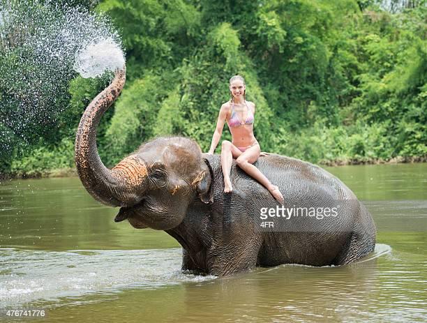 Mulher de banho com um elefante