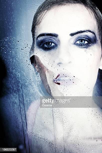 Femme derrière le verre
