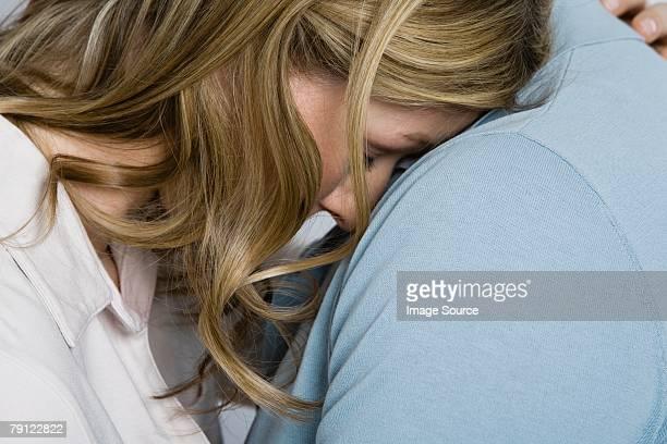Femme étant consoled