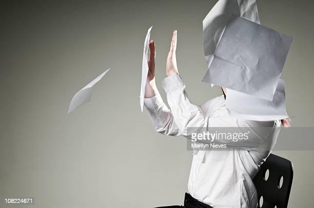 Frau, die Sie mit Papier