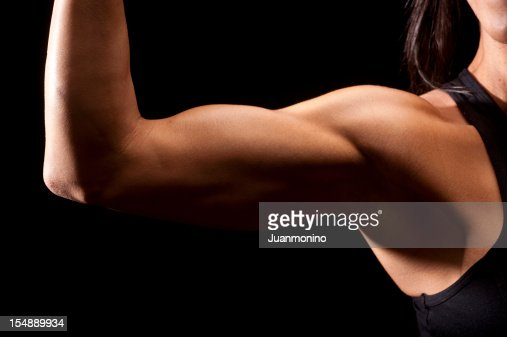 Mujer biceps muscular