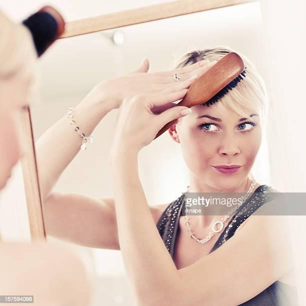 Frau Ihr Haar Bürsten
