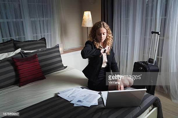 Mulher de viajante de negócios trabalhando tarde no quarto de Hotel Hz