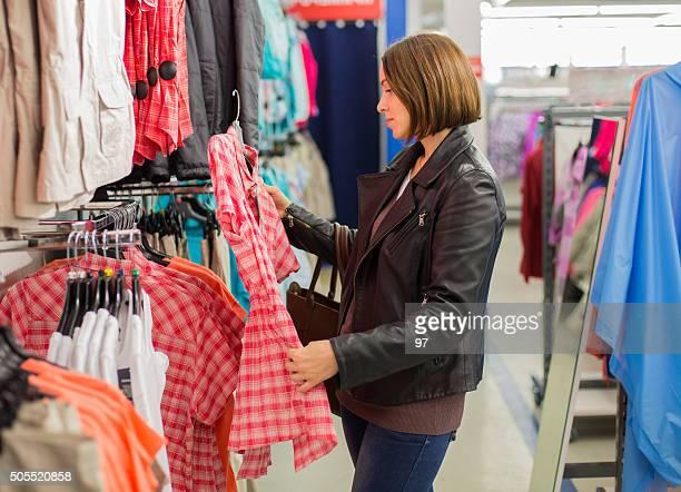 Mujer comprando vestido en una boutique