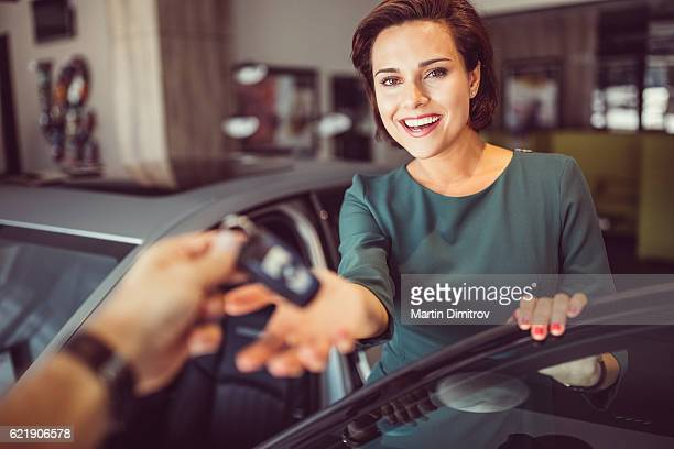 Frau ein neues Auto zu kaufen