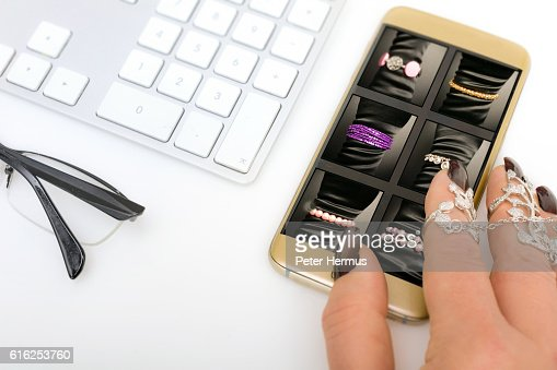 Woman buying a silver bracelet : Foto de stock