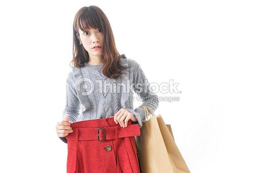 4c3d79b8f8 Mujer comprando ropa   Foto de stock