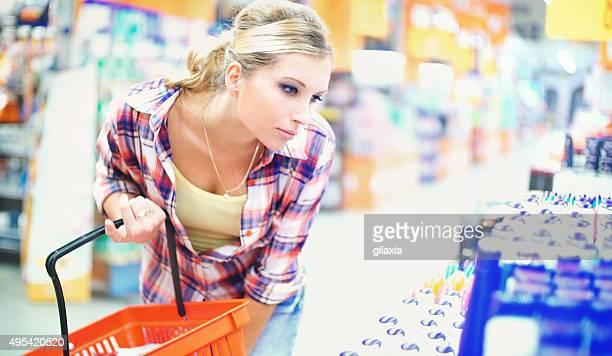 Frau Kauf Kosmetik im Supermarkt.