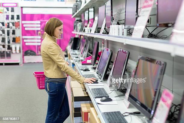 Femme dans un magasin acheter bureau