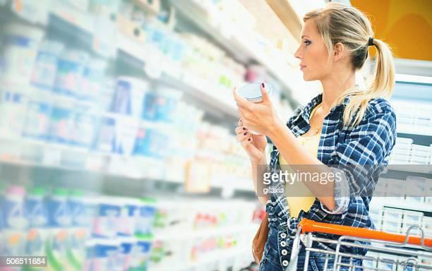 Mulher comprar comida no supermercado.