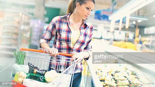 Frau Einkaufen Lebensmittel im Supermarkt.