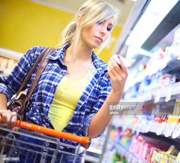 Femme acheter de la nourriture.