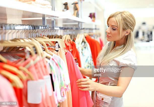 Camisa mujer comprando en el centro comercial.