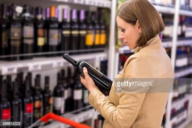 Mulher comprar Vinho no supermercado