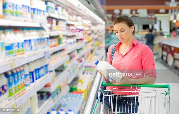 Femme achète un lait