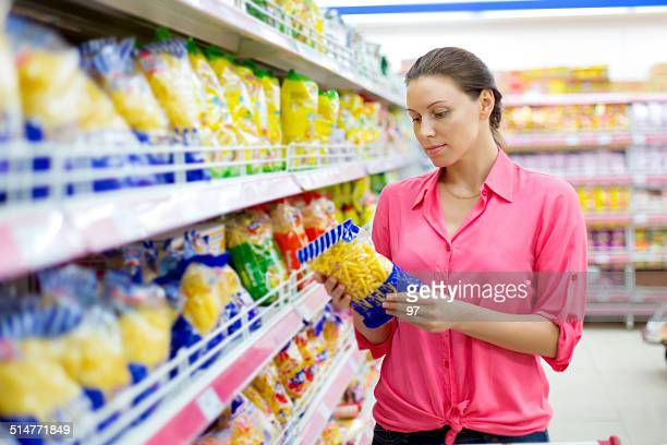 Femme achète des pâtes