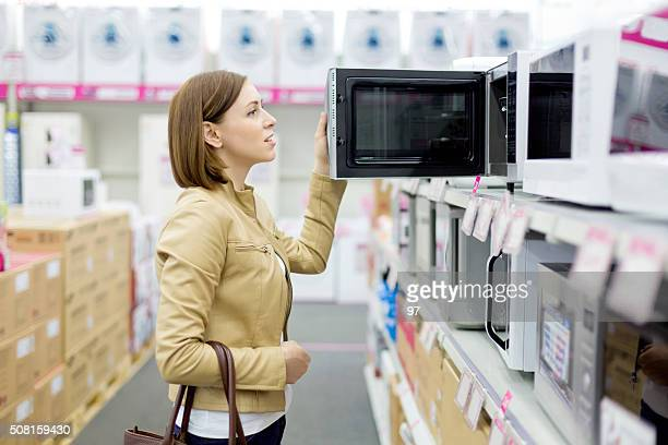 Femme achète un four à micro-ondes
