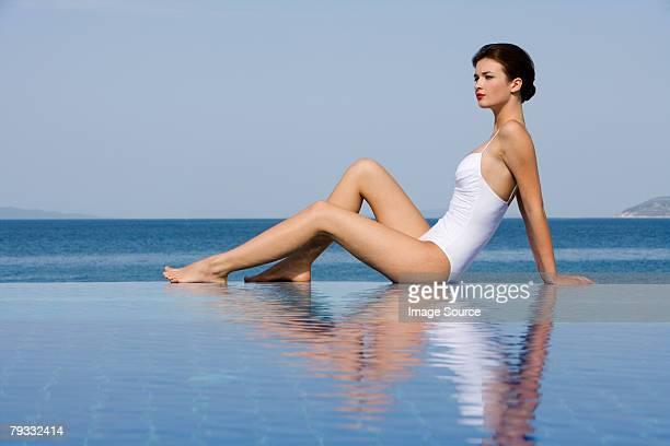 Femme au bord de la piscine à débordement