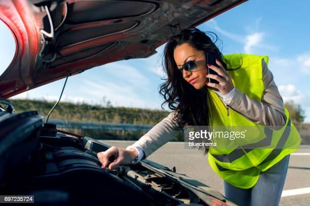 Mujer llamar al servicio de la carretera