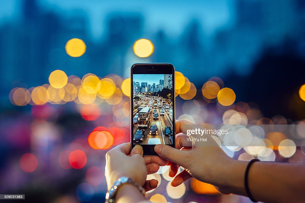 Woman capturing the busy traffic with smartphone : Stock-Foto