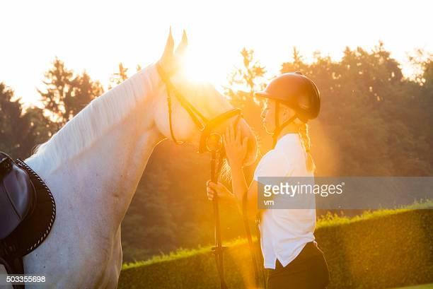Femme caressant un cheval à l'extérieur