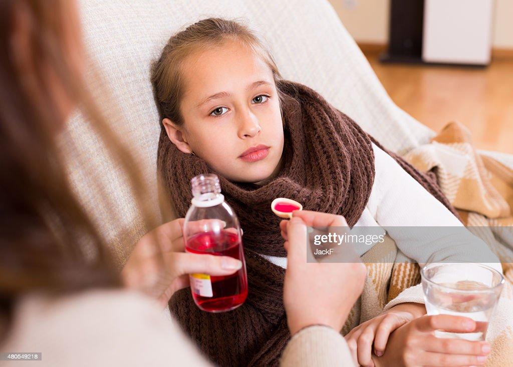 Mulher cuidados de enjoo Filha : Foto de stock