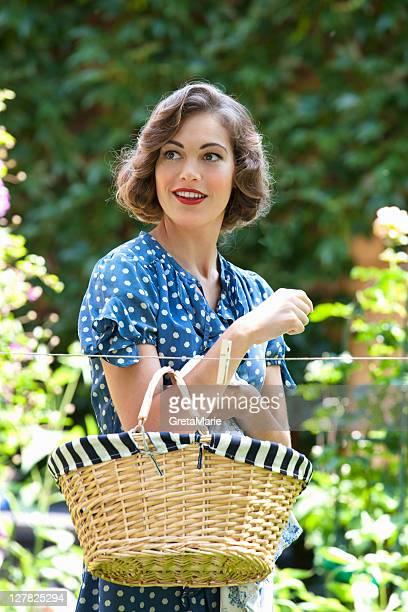 Frau carrying Korb im Garten