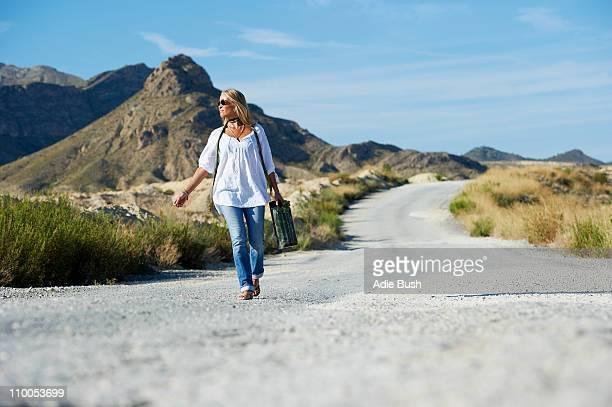 Donna portare la benzina possibile sulla strada
