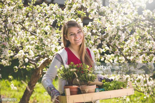 Frau mit Topfpflanzen im tray