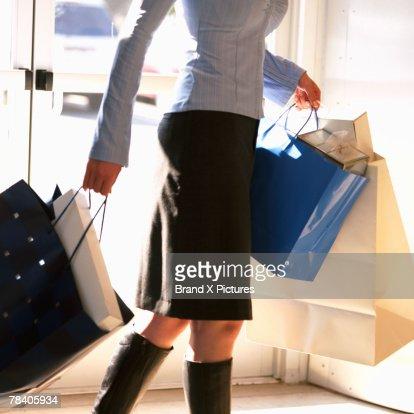 Woman carrying shopping bags : Stock-Foto