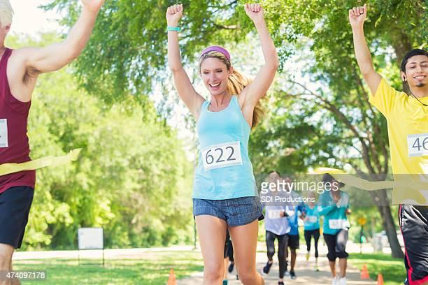 Frau feiert gewinnen marathon oder 5 km Lauf