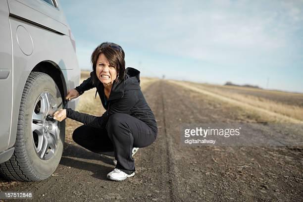 Frau ändern Reifen