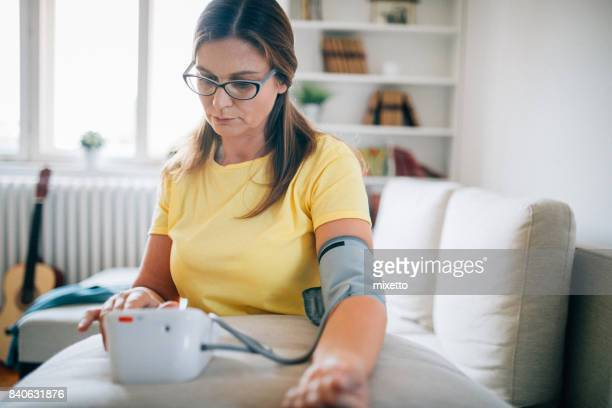 Frau, die Blutzirkulation presure
