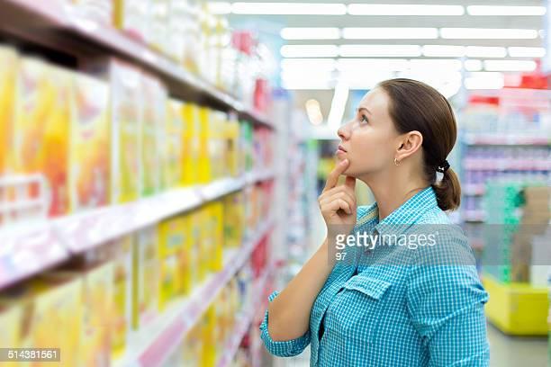 Mulher, verificar a rotulagem de alimentos