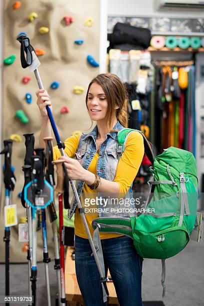 女性の新しいハイキング極選択