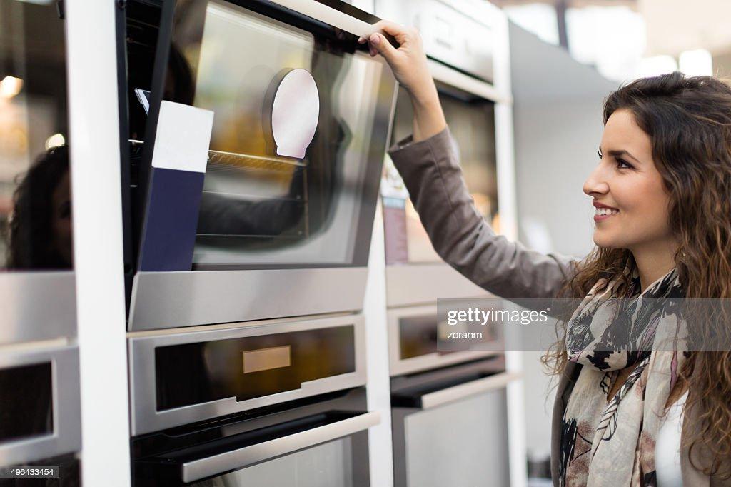 Femme de choisir une cuisinière : Photo