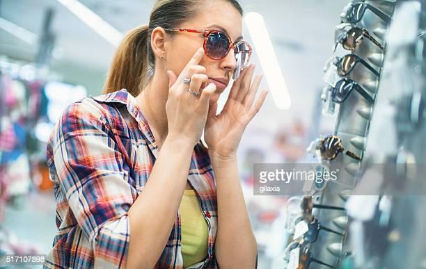 女性のサングラスで、ティーをお選びください。