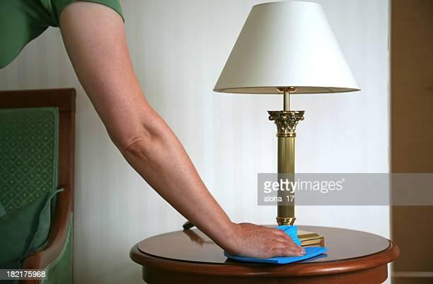 Femme de nettoyage une table